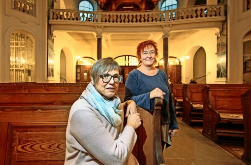 So leer wird die Friedenskirche nicht bleiben, wenn Gisela Vogt (links) und Bärbel Albrecht  zur Vesperkirche laden. Foto: factum/Granville