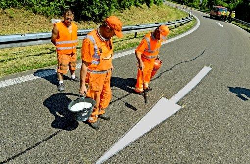 Pfeile auf Autobahnauffahrten, wie hier auf den Fildern, sollen Falschfahrer stoppen. Wissenschaftler suchen nach besseren Lösungen. Foto: dpa