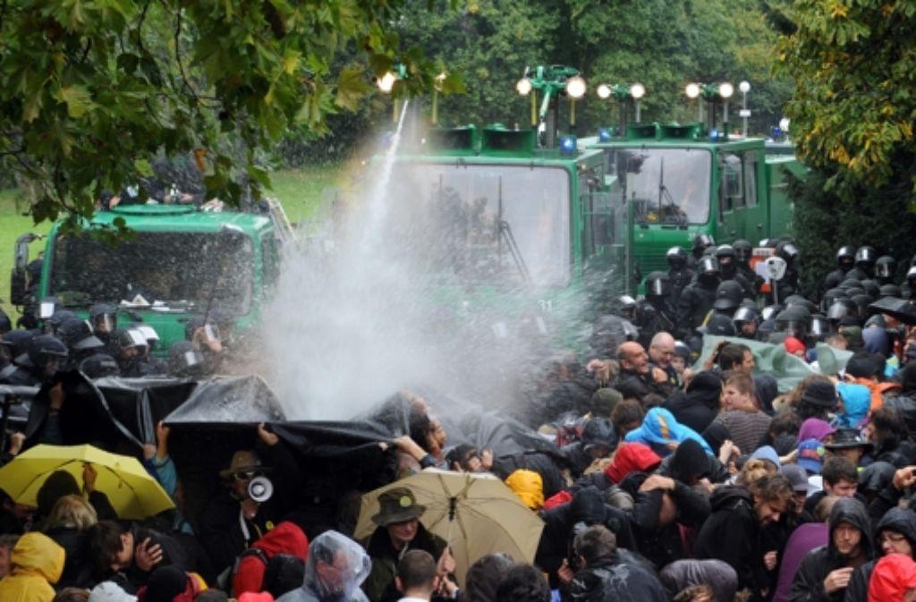 Nach einem eskalierten Einsatz der Polizei gegen Stuttgart-21-Demonstranten müssen sich zwei Einsatzleiter der Polizei vor dem Landgericht in Stuttgart verantworten – jetzt will das Gericht den Wasserwerferprozess jedoch einstellen. Foto: dpa