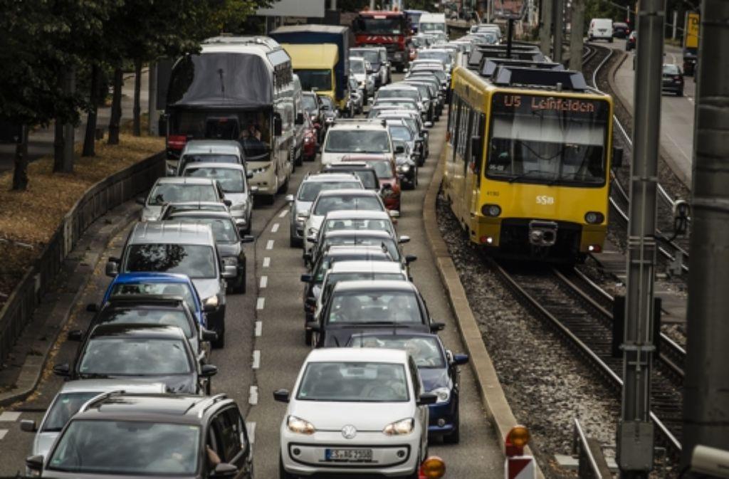 Ob auf der Straße oder auf der Schiene: in Stuttgart kommt Mobilität  an ihre Grenzen. Die Zulassungszahlen für Autos und Lastwagen haben Rekordwerte erreicht. Foto: Lg/ Piechowski