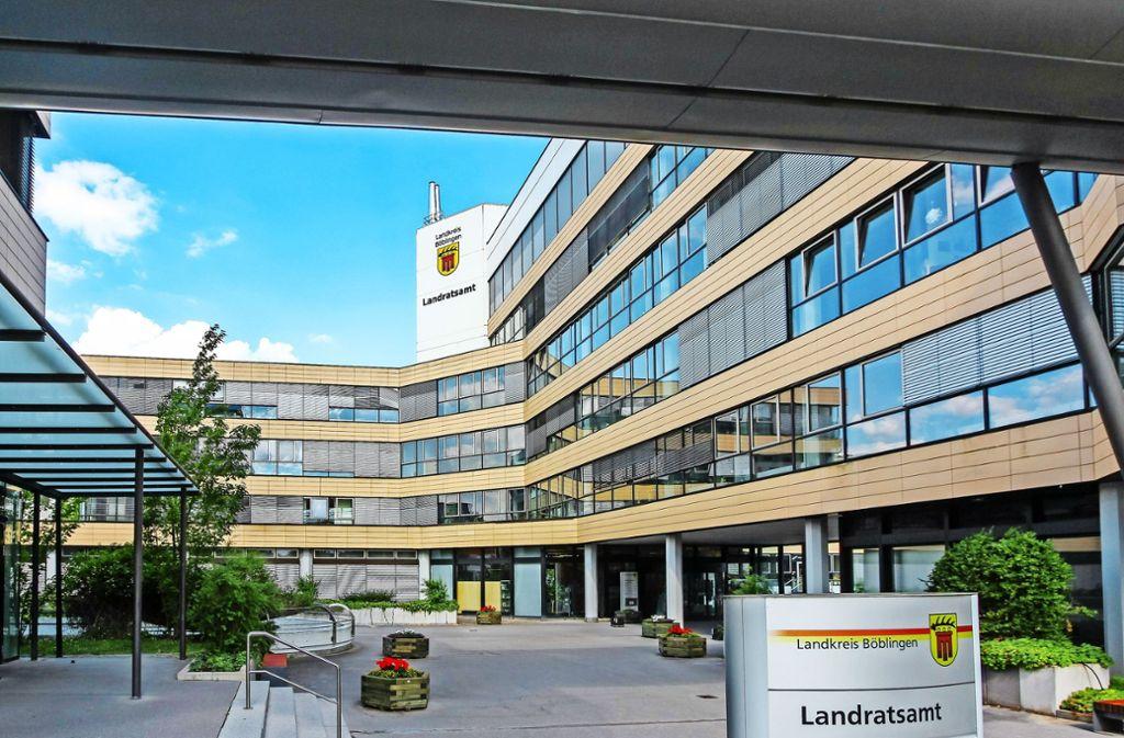 Das Landratsamt ist zwar  fünf Stockwerke hoch, trotzdem reicht der Platz für die Belegschaft nicht aus. Foto:factum/Bach Foto: