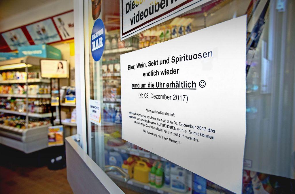 Von Freitag an wieder möglich: nachts Alkohol an Tankstellen kaufen. Die Betreiber werben dafür bereits seit ein paar Tagen mit Plakaten. Foto: Lichtgut/Leif Piechowski