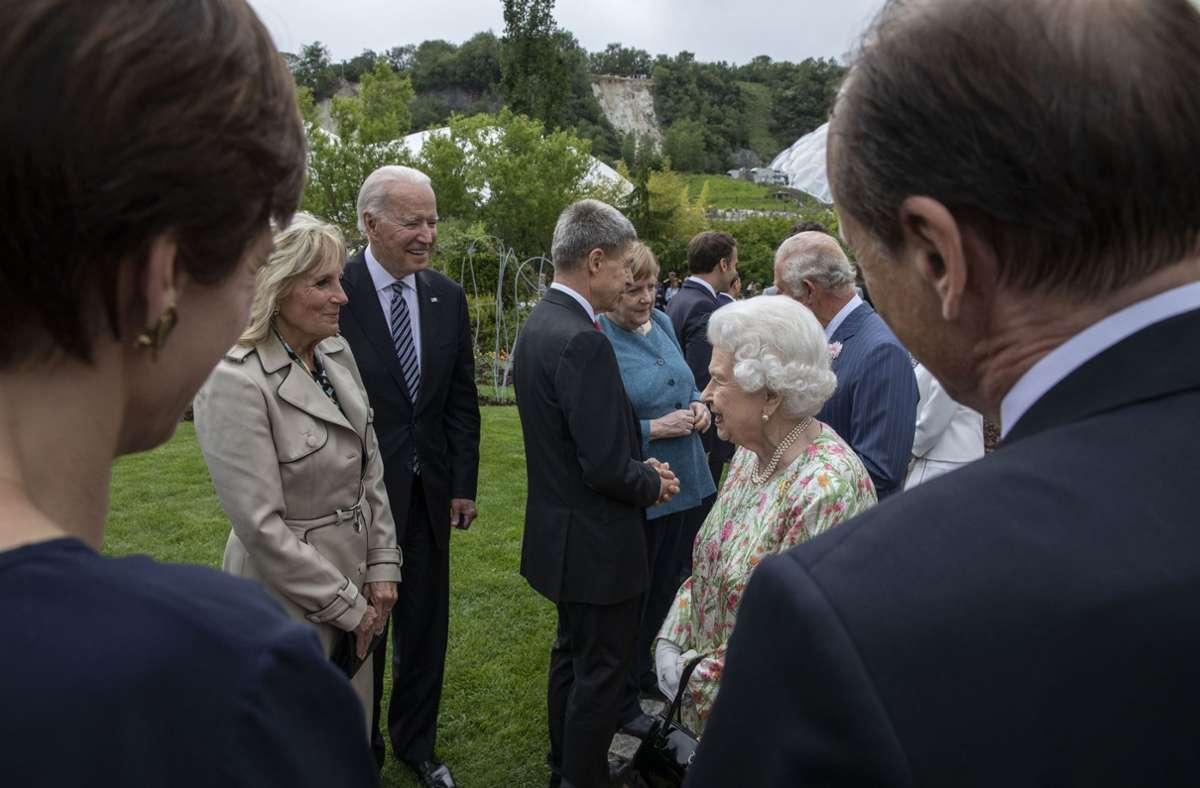 Queen Elizabeth   im Gespräch mit US-Präsident Joe Biden (Mitte links) und First Lady Jill Biden. Foto: dpa/Jack Hill