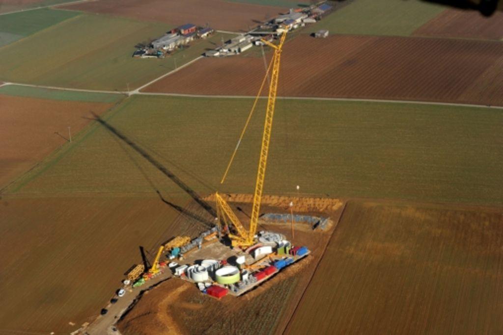 Über dem Fundament für das Windrad ragt der riesige Kran empor. Foto: Kuhnle
