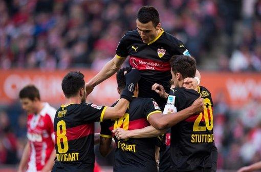 Jubel beim VfB: dank der starken Leistungen von Rupp, Didavi, Kostic und Gentner (von links) starten die Stuttgarter erstmals seit 2011 mit einem Sieg in die Rückrunde. Foto: dpa