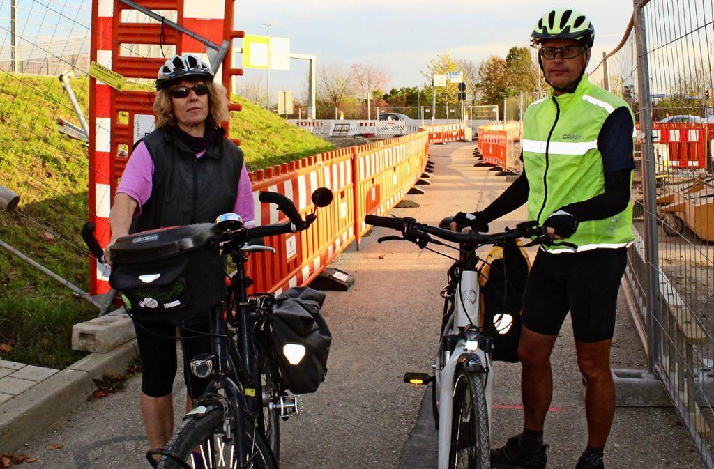 Monika Knopf und Christoph Herr vom  ADFC bei einer der  Baustellen am Messegelände, die   Fahrradfahrern den Weg erschweren Foto: Jacqueline Fritsch