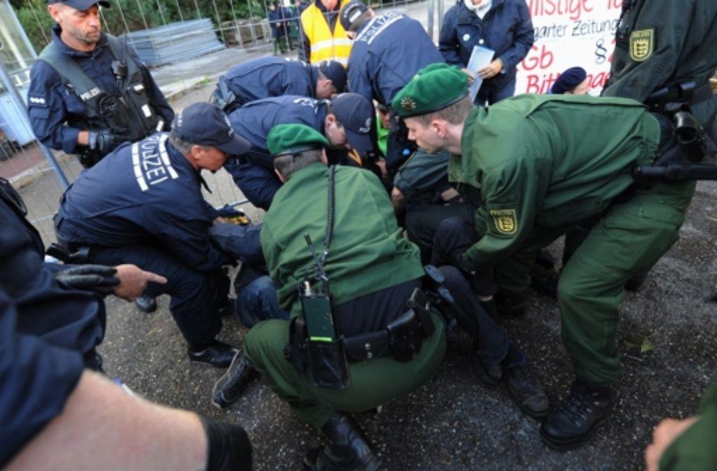 Die Polizei hat mehrfach Sitzblockaden von S-21-Gegnern geräumt. Foto: dpa