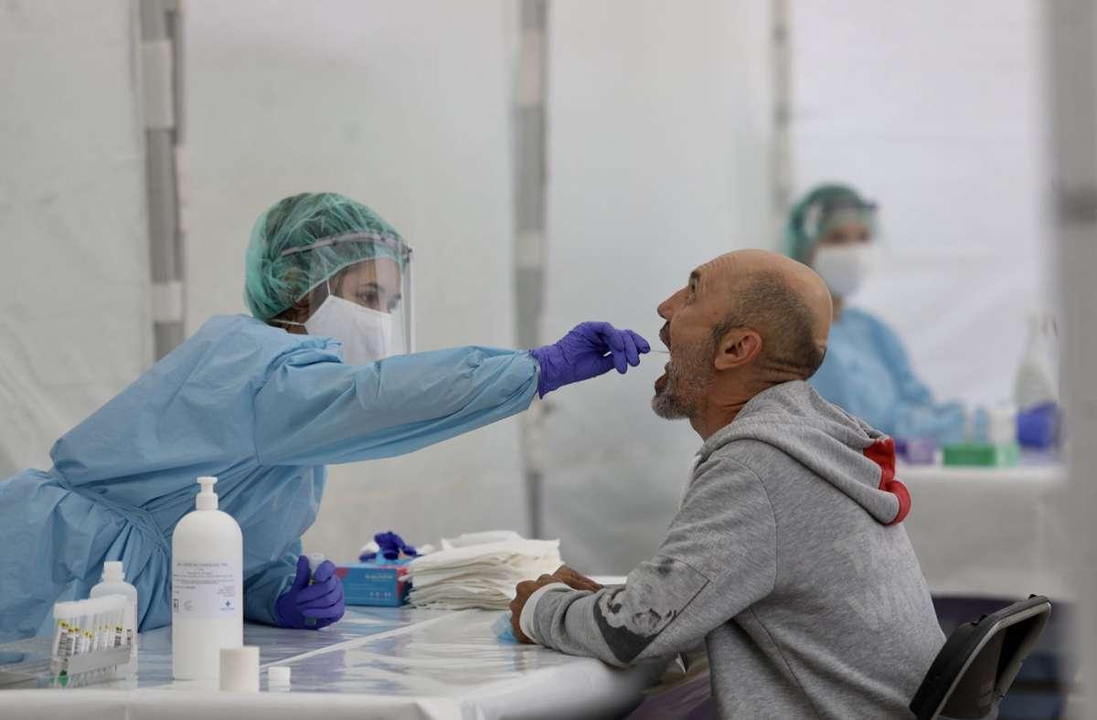 Wer aus einem Corona-Risikogebiet zurückkehrt soll sich künftig verpflichtend testen lassen. Foto: dpa/Javi Colmenero