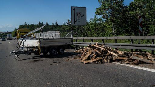A8: Anhänger kippt um und verliert Holz