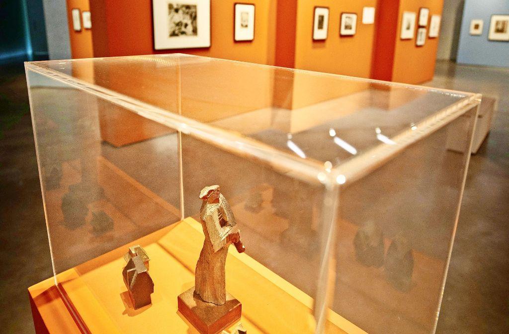 In der Ausstellung sind neben Grafiken auch    einige Holzfiguren zu sehen. Foto: Stoppel