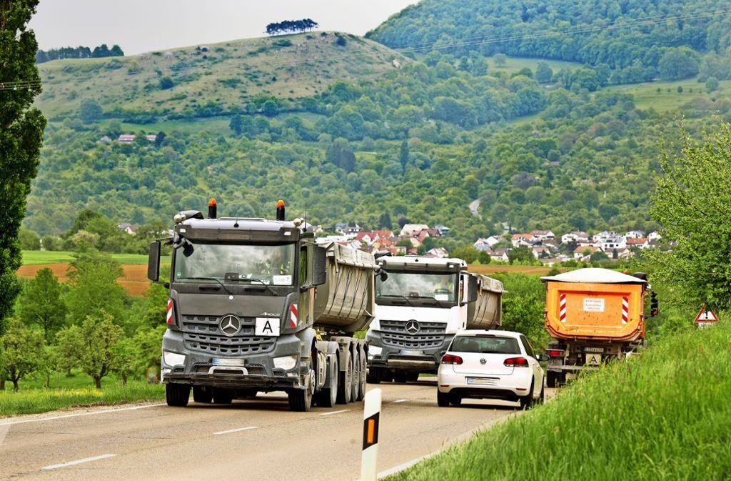 Lastwagen an Lastwagen rollt der Tunnelabraum über die Landesstraße zwischen Owen und Beuren. Foto: Horst Rudel