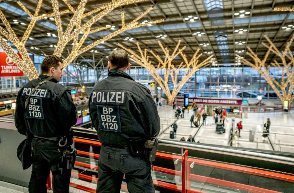 Nicht zu übersehen: Schwer bewaffnete Polizisten im Terminal 1 des Stuttgarter Flughafens. Foto: SDMG