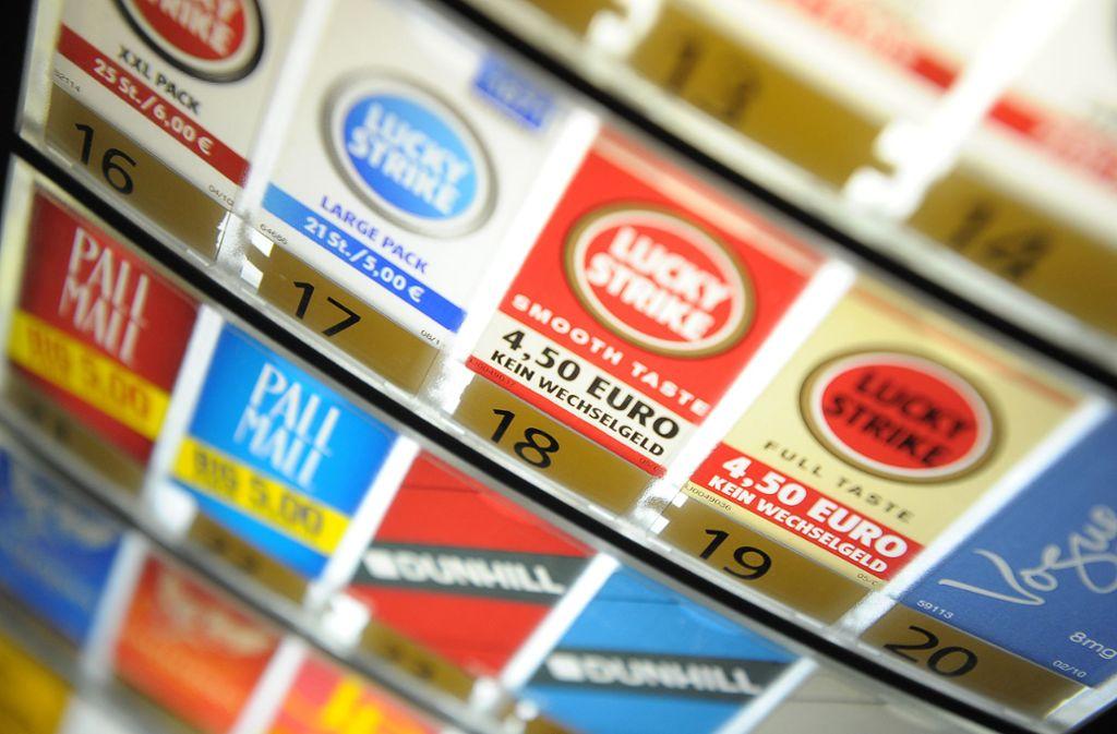 Unbekannte haben einen Zigarettenautomaten gestohlen. (Symbolbild) Foto: dpa
