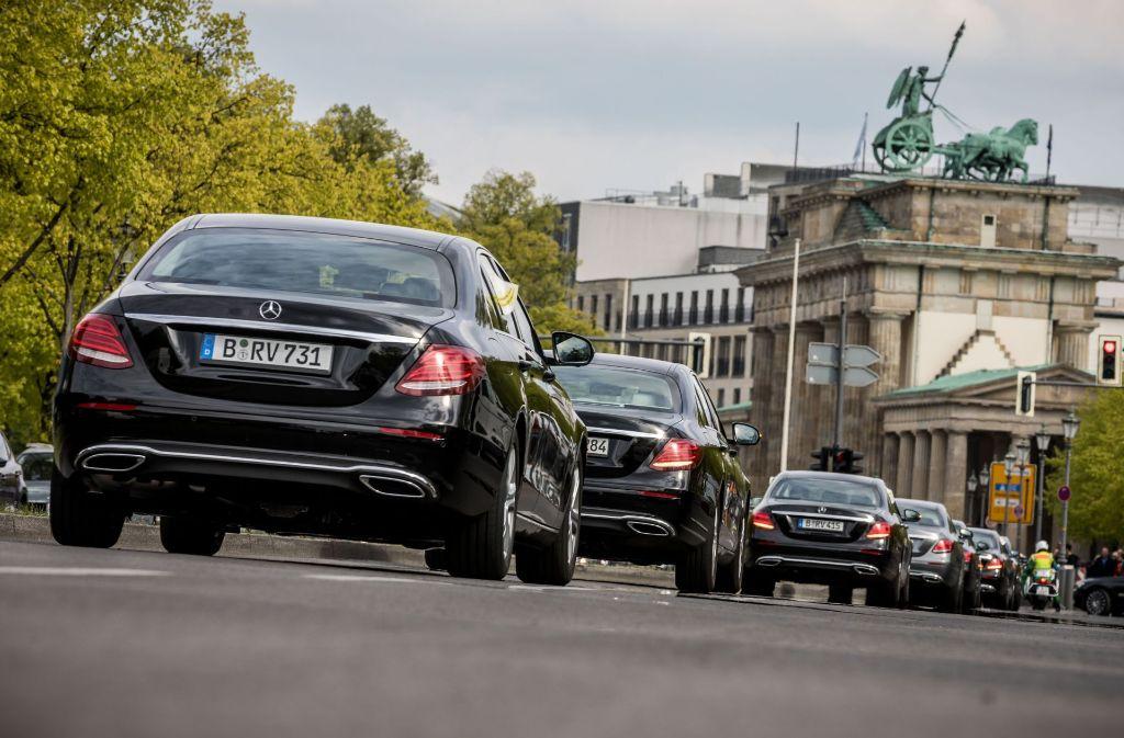 Die Angestellten eines externen Dienstleisters des Deutschen Bundestags wollen mit dem Autokorso auf ihre Beschäftigungsverhältnisse nach einem Wechsel des Anbieters hinweisen. Foto: dpa