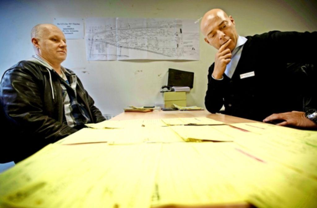 Der Arbeitsvermittler Oleg Heintz (rechts) im Gespräch mit Roland Emik, der auf dem Cannstatter Wasen einen Job auf Zeit sucht. Foto: Gottfried Stoppel