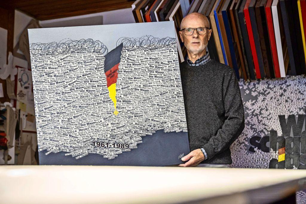 """Gerhard Kühn mit seiner Collage """"Die Mauer"""" Foto: Lichtgut/Julian Rettig"""