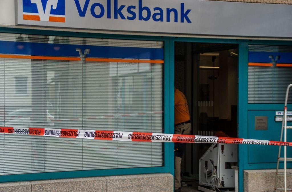 Der Tatort in der Griegstraße in Botnang: Im Bankvorraum liegt der gesprengte Geldautomat Foto: SDMG/Werner