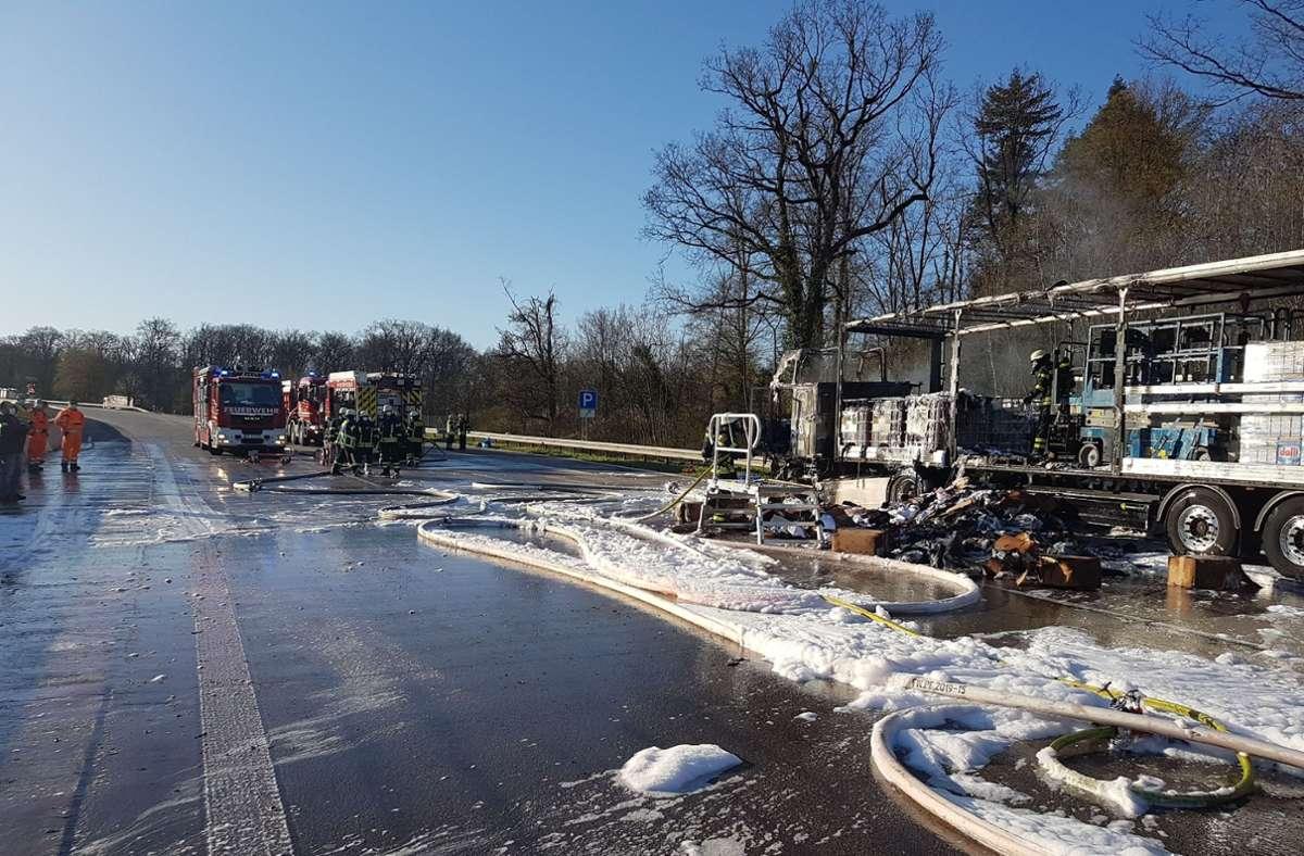 Der Lkw brannte auf der A8 bei Pforzheim aus. Foto: SDMG/Gress