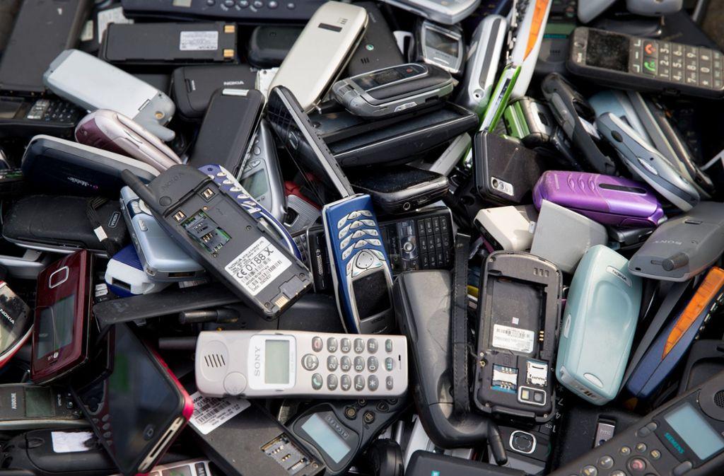 Auch Smartphones sind Elektrogeräte, die nicht im Hausmüll landen dürfen, sondern bei speziellen Sammelstellen entsorgt werden müssen (Symbolbild). Foto: dpa