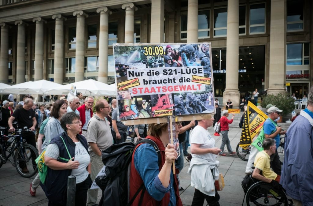 Die Demo zog vom Rathaus bis zur Mahnwache am  Bahnhof. Foto: Lg/Achim Zweygarth