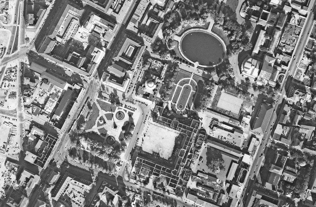 Der Schlossplatz sah 1955 noch ganz anders aus – wie auch unsere Bilderstrecke zeigt. Foto: Stadtmessungsamt Stuttgart