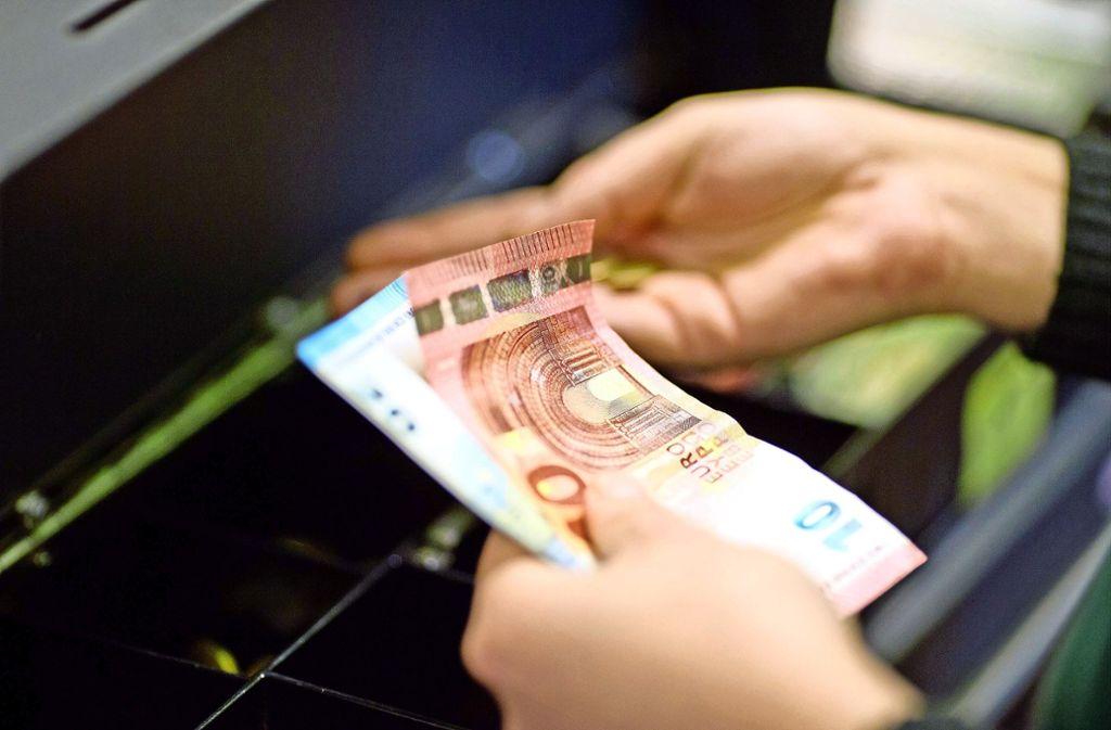 An der Supermarktkasse kann man nicht nur Einkäufe bezahlen, sondern auch Geld abheben. Foto: dpa