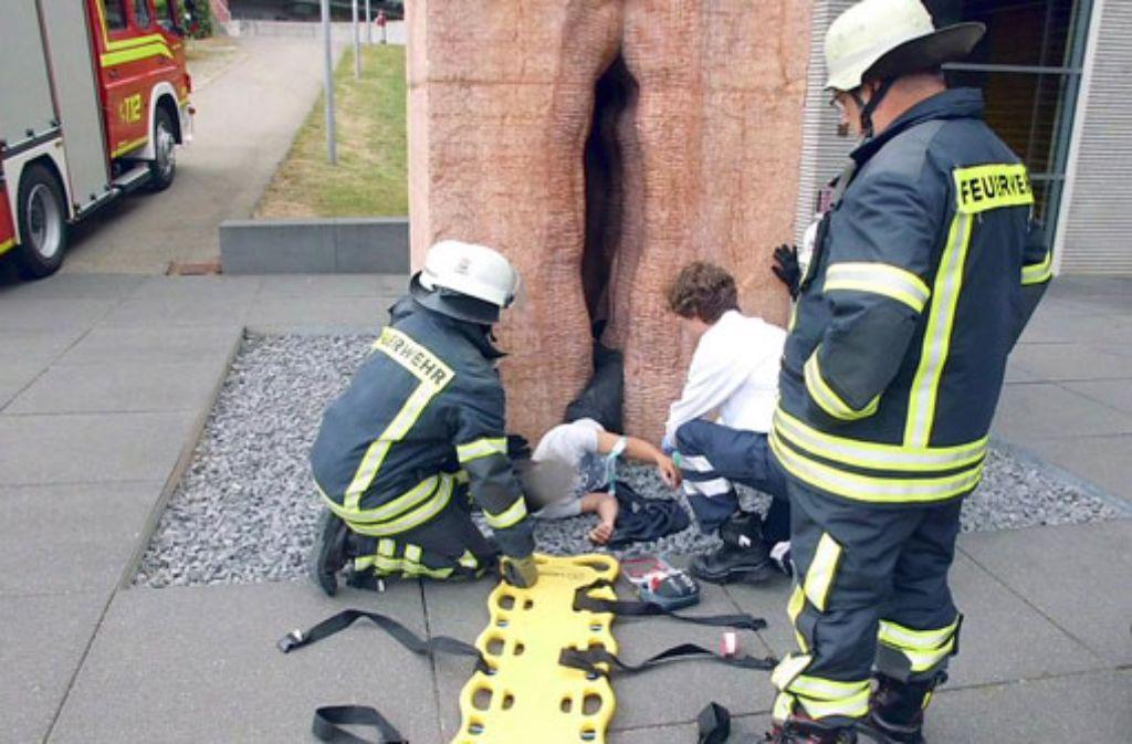 Die Feuerwehr befreit am vergangenen Freitag einen Austauschstudenten in Tübingen aus einer steinernen Vagina, in der er bei einer Mutprobe steckengeblieben ist.  Foto: Feuerwehr Tübingen/dpa