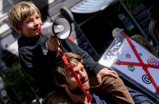 Siebenjähriger Emil protestiert gegen Smartphone-Konsum der Eltern