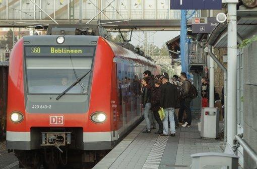 Morgens um 7.23 Uhr am Sindelfinger Bahnhof ein gewohntes Bild:  Pendler und Schüler drängen sich  am Bahnsteig, wo die S 60  nach Böblingen einfährt. Foto: factum/Bach