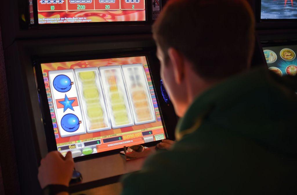 Die zwei Angeklagten sollen bundesweit illegale Spielautomaten aufgestellt haben. Foto: dpa