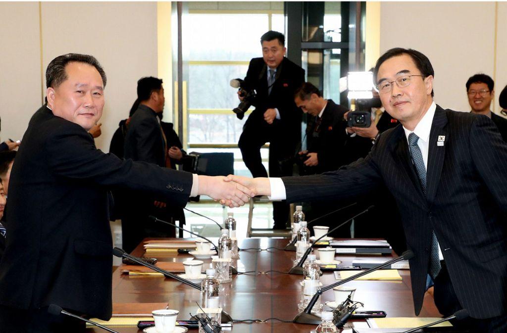 Annäherung nach langer Funkstille: Südkoreas Vereinigungsminister und Delegationsleiter Cho Myoung Gyon (r.) und sein nordkoreanischer Amtskollege Ri Son Gwon geben sich die Hand. Foto: YNA