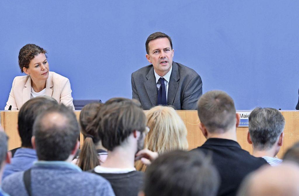 Steffen Seibert (M.), Sprecher der Bundesregierung, beim 19. Tag der offenen Tür der Bundesregierung bei einem Gespräch mit Bürgern in der Bundespressekonferenz Foto: dpa