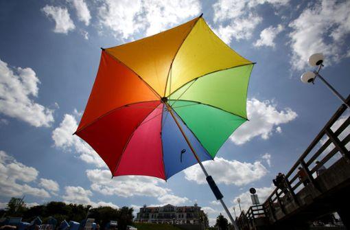 Sonnenschirm durchbohrt Knöchel einer Frau am Strand