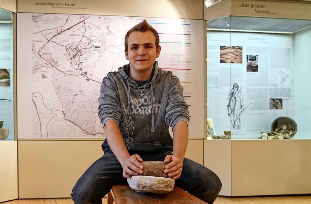 Alexander Kosta zeigt, wie früher Getreide gemahlen wurde. Foto: factum/