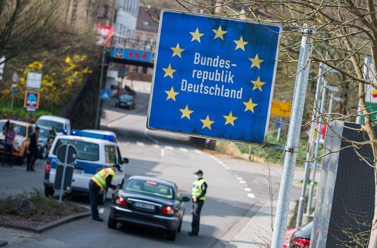 Vorerst soll auf die Wiedereinführung von Grenzkontrollen an der französischen Grenze verzichtet werden. (Symbolbild) Foto: dpa/Oliver Dietze