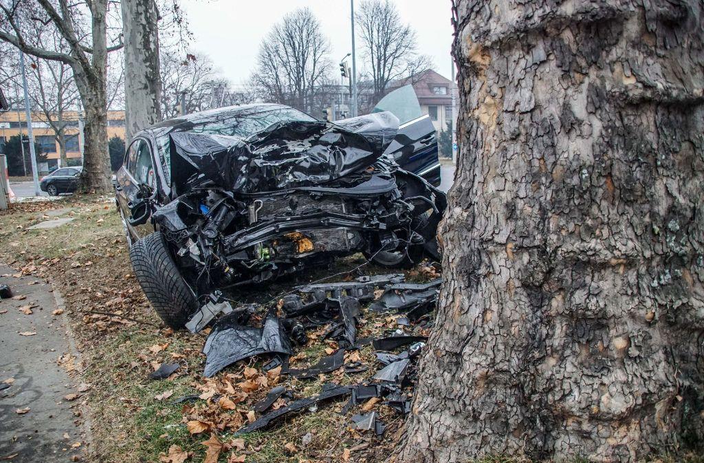 Ein 43-Jähriger kracht in Stuttgart-Untertürkheim frontal gegen einen Baum. Der VW ist völlig zerstört. Foto: SDMG