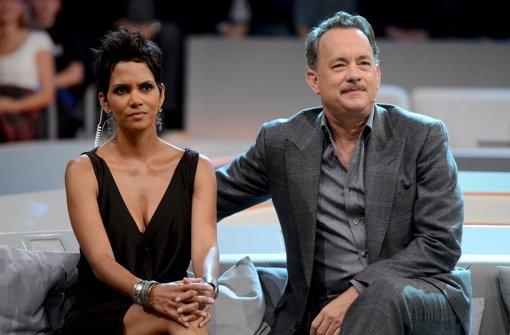 """Tom Hanks und Halle Berry ließen die """"Wetten, dass..?""""-Sendung am Samstag mit relativer Gelassenheit über sich ergehen. Foto: ZDF"""