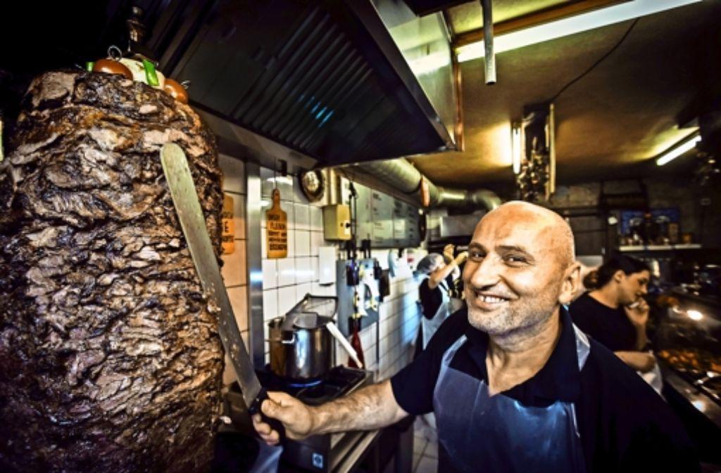 Seine  Dönerspieße stellt Yüksel Dogan selbst her.  Eine Stunde braucht  er, um das Fleisch dafür zu schichten – jeden Tag macht er einen. Ist der weg, bekommen die Kunden nur noch vegetarischen Döner. Foto: Lichtgut/Achim Zweygarth