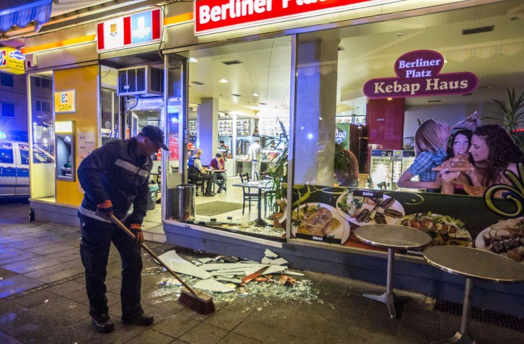 Vor dem Döner-Imbiss am Berliner Platz in Stuttgart ist es in der Nacht auf Donnerstag zu einer Schlägerei gekommen. Ein 28-Jähriger fiel dabei in eine Scheibe des Schaufensters. Foto: 7aktuell.de/Simon Adomat
