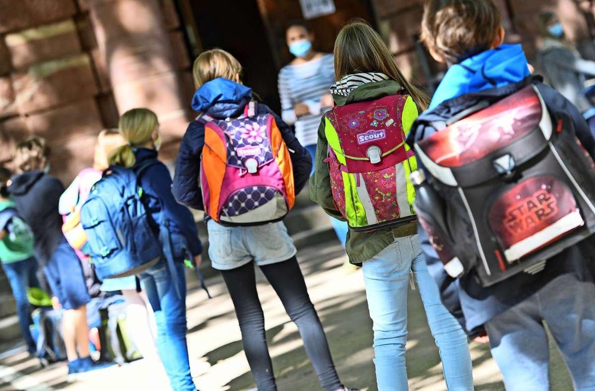 Nur noch mit Maske: Auch an den Ludwigsburger Schulen sind die Schüler angehalten, eine Mund-Nasen-Bedeckung zu tragen. Das zu überprüfen, ist für die Lehrer jedoch schier unmöglich. Foto: dpa/Arne Dedert