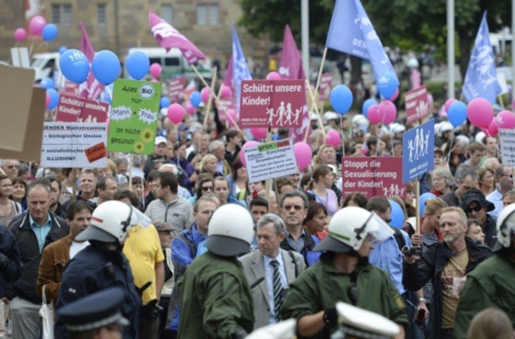 Gegner des grün-roten Bildungsplans demonstrieren am 28. Juni in Stuttgart. Der Streit über den Bildungsplan läuft seit mehreren Monaten. Foto: dpa