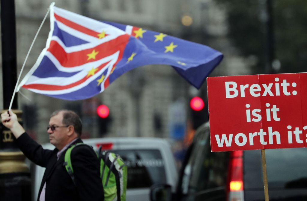 Ein Anti-Brexit-Plakat vor dem Parlament in London: Weil die entsprechenden Verhandlungen in Brüssel stocken bereitet sich auch die Bundesregierung inzwischen auf einen ungeregelten EU-Austritt vor. Foto: AP