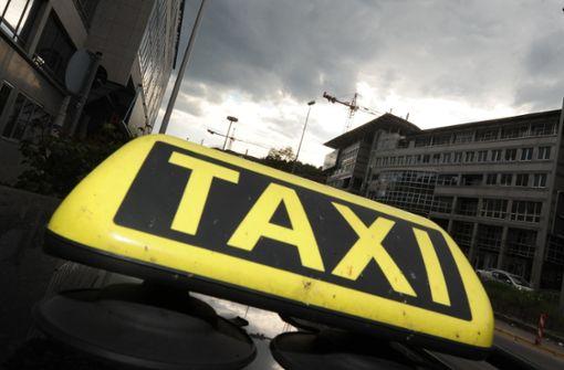 Taxifahrer ohrfeigt Fußgänger