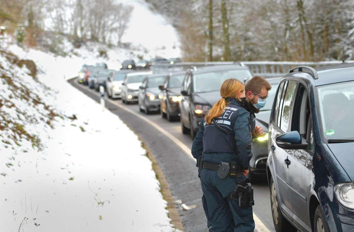 Bei  Bad Wildbad stauen sich die Autos vor der Kontrolle. Foto: 7aktuell.de/Oskar Eyb