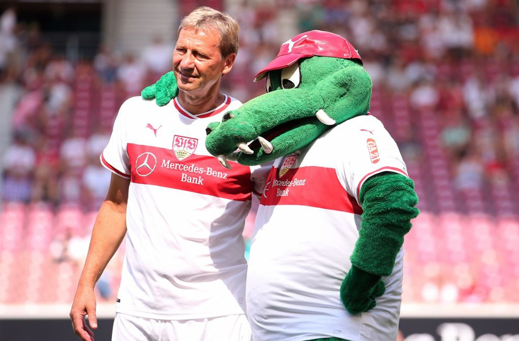 So harmonisch wie am Tag des Brustrings ist die Beziehung von Guido Buchwald (li.) zum VfB Stuttgart nicht mehr. Der Weltmeister tritt als Aufsichtsrat zurück. Foto: Baumann