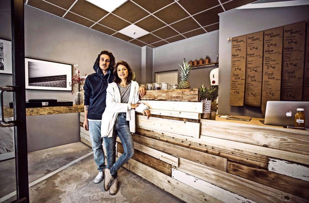 Sandro Trovato und Elisabeth Zettner betreiben seit kurzem die Saftbar Lala im Fluxus. Foto: Lichtgut/Leif Piechowski
