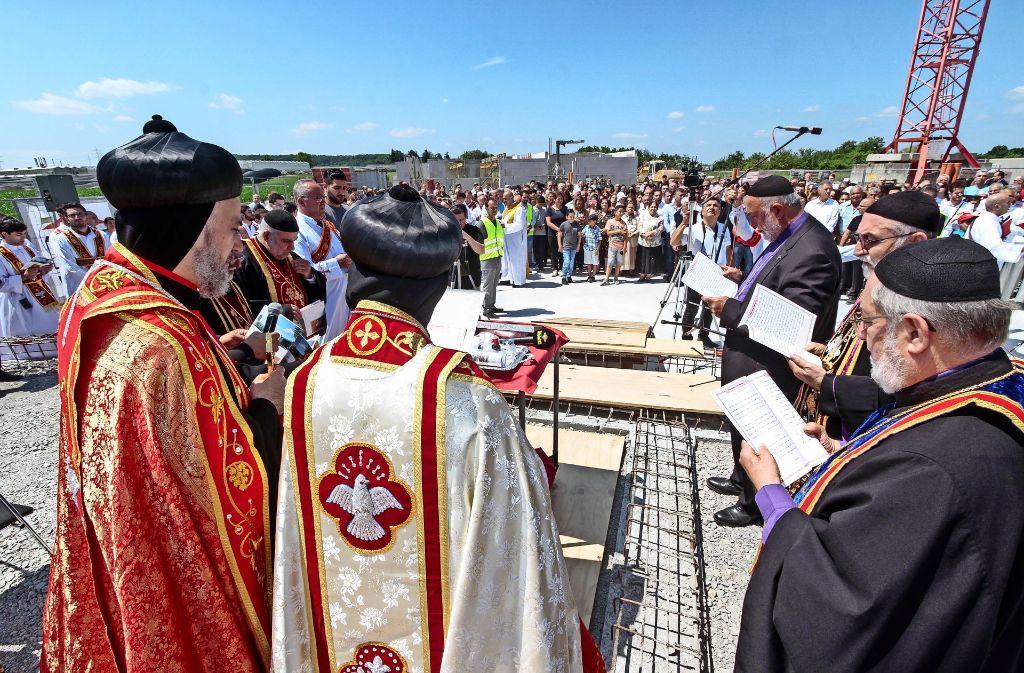 Der Bischof Matthias Nayis (links) bei der Zeremonie der Grundsteinlegung. Foto: factum/Bach