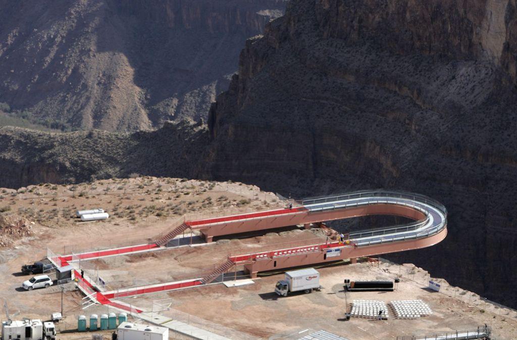 Der Skywalk am Grand Canyon ist eine hufeisenförmige Glasbrücke. Sie befindet sich am Eagle Point, wo auch der Tourist in die Tiefe stürzte. Foto: AP