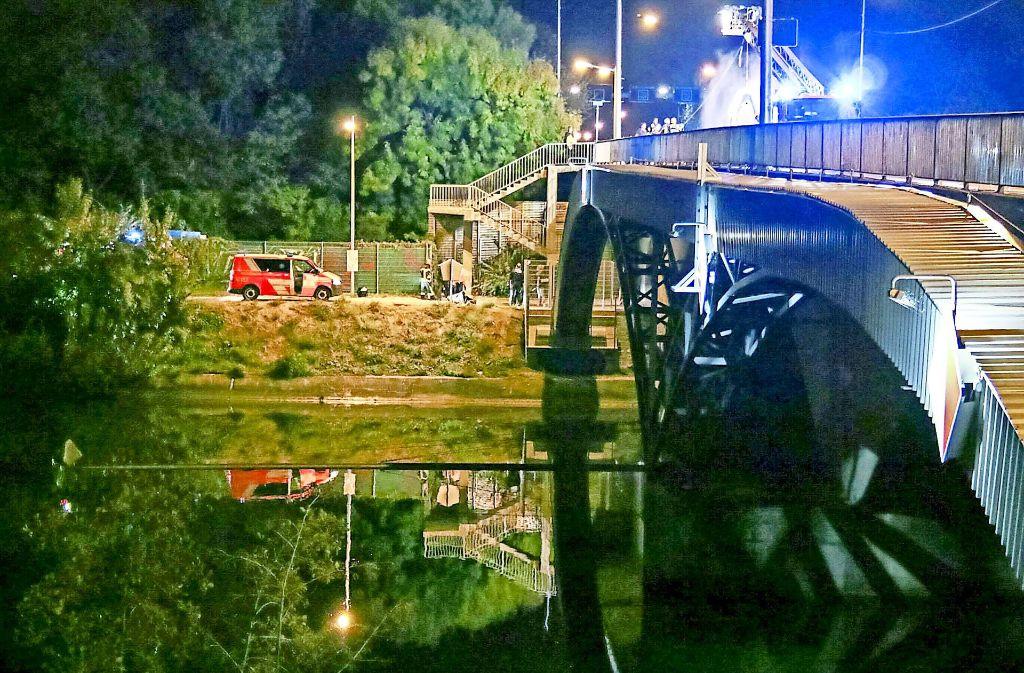 Fundort Gaisburger Brücke: Einsatzkräfte bergen die Wasserleiche. Foto: 7aktuell.de/Jens Pusch