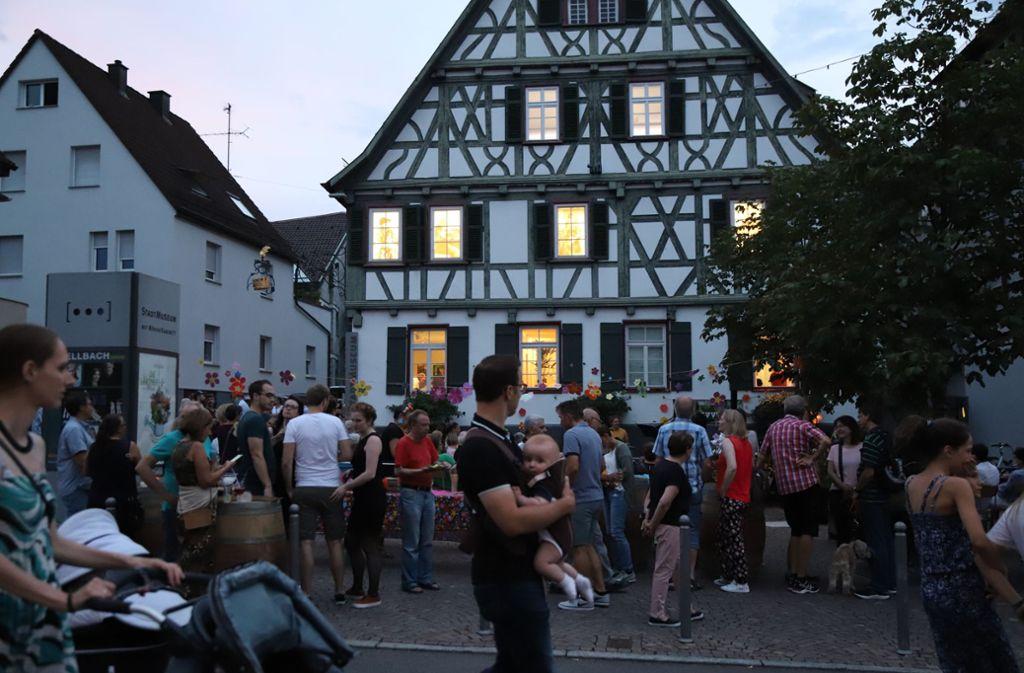 Vor dem Stadtmuseum herrschte beste Stimmung bei der elften Langen Nacht Kultur und Einkaufen Foto: Patricia Sigerist